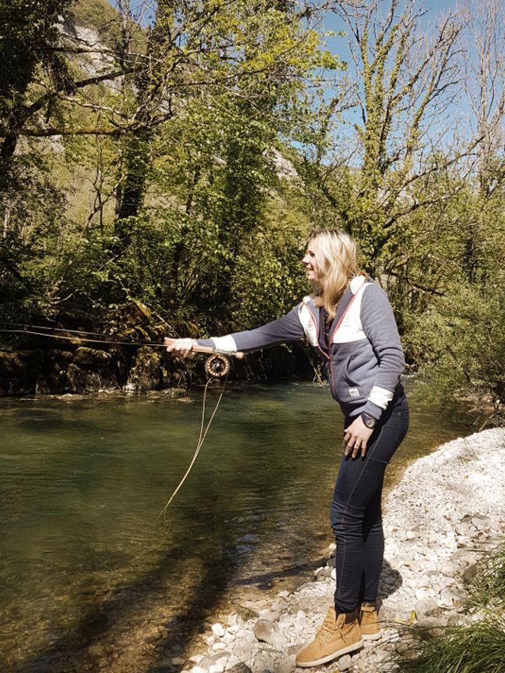Une jeune femme s'initie à la pêche à la mouche sur l'Albarine