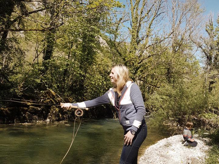 Une jeune femme apprend la pêche à la mouche sur l'Albarine