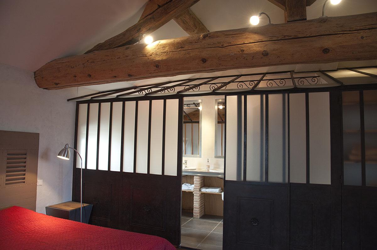Chambre avec une belle verrière et salle de bain